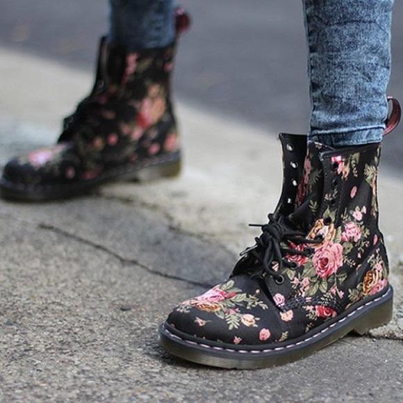 Dr. Martens 1460 W Black Victorian Flowers 8 hole Shoes US 5